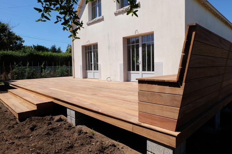 Terrasse en bois avec banc coffre